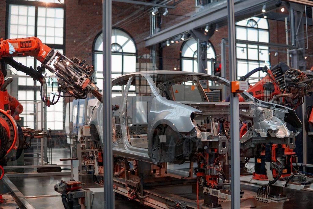 Industrie 4.0 is de verbinding en communicatie tussen verschillende systemen en machines waardoor slimme fabrieken sneller, efficiënter en grotendeels geautomatiseerd werken.